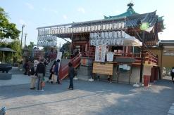 Di kuil ini, saya pertama kali melihat para bikhsu shinto sedang beribadah