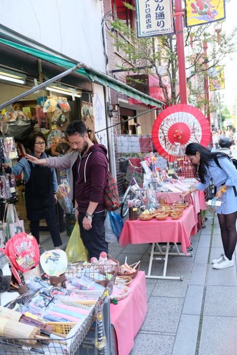 Di jalan menuju Sensoji Temple, kita akan dimanjakan dengan penjual souvenir