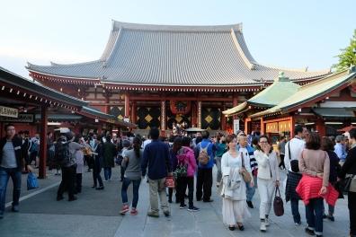 Suasana para wisatawan, ada yang antri untuk berdoa, berfoto dan berjalan-jalan