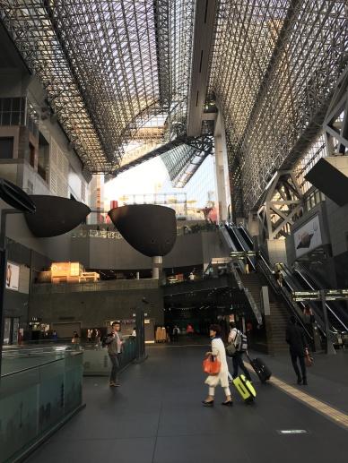 Kyoto Station, Uniknya ada desain kacamata super besar di dalamnya.