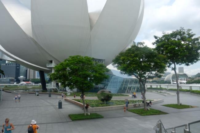 Foto dari depan ArtScience Museum