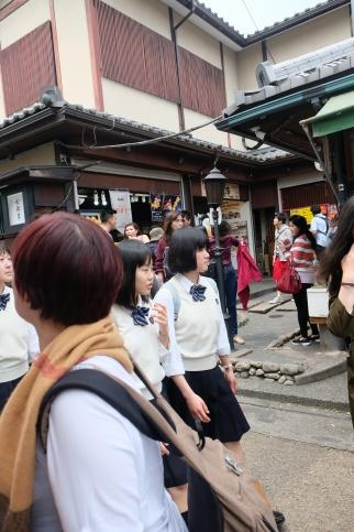 Suasana keramaian di depan jalan masuk Arashiyama Bamboo Groove